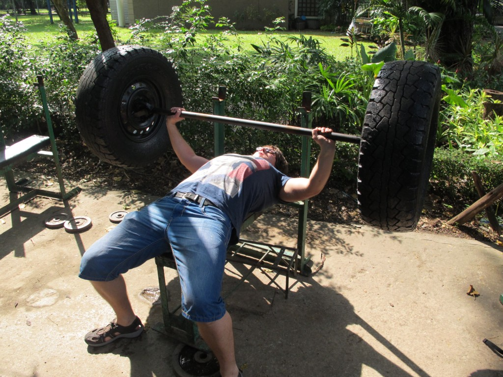 Bench press Bangkok style - in Lumphini park